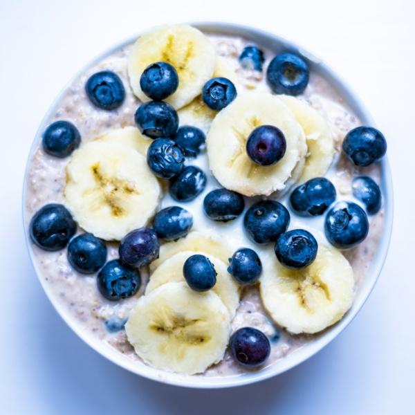 Schoko-Müsli mit Blaubeere und Banane von oben